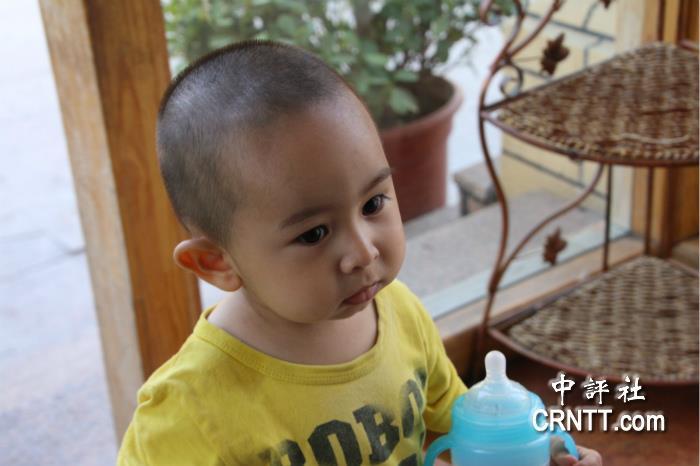 一个小男孩走进一家维吾尔族餐厅