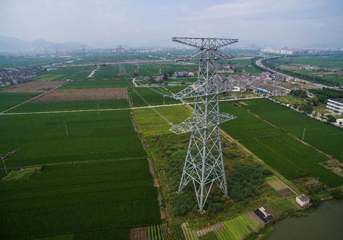 中評社北京9月18日電/溫州市南雁至溫東500千伏高壓輸電綫路屬於2015浙江省電網建設重點工程,工程施工已經進入最後衝劑階段,該工程完工後將使溫州電網完善為三角雙環網接綫,500千伏整體框架就此形成,能大大提高溫州地區的受電能力和供電可靠性。 2015年全年浙江溫州計劃投資電網建設40億,要完成3個500千伏、10個220千伏的投產任務。目標是要建成500千伏城市環網架構,著力解決電網基礎薄弱的問題,全面推進十三五電網發展規劃,助力經濟轉型升級。   來源:新華社