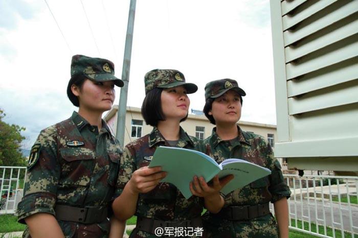 二炮特殊女兵部队野外亮相 手持怪状仪器