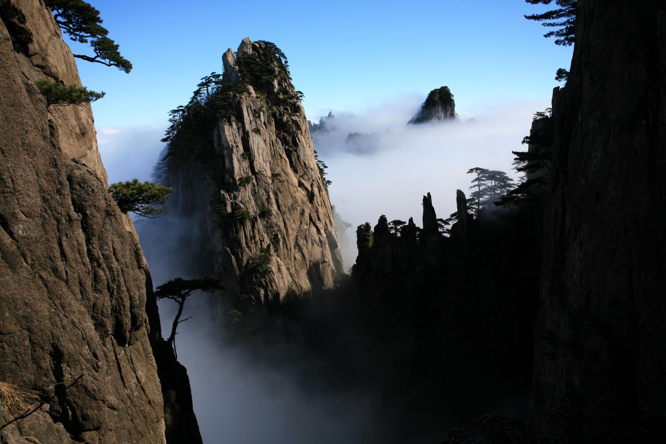 """这是11月30日在安徽省黄山风景区始信峰拍摄的""""瀑布流云""""奇观.新华社"""