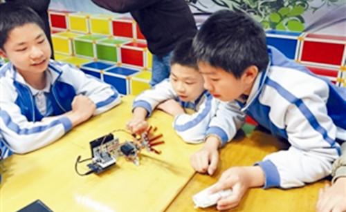 深圳海归创客教小学生制作机器人