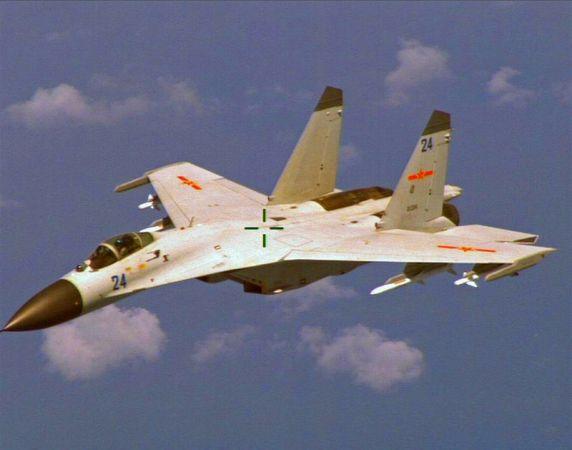 中評社華盛頓5月18日電(記者 余東暉)五角大樓18日透露,美國海軍一架EP3偵察機17日在南海上空飛行時,遭到兩架中國殲-11戰機的攔截。據稱最近距離只有15米左右,五角大樓已將之定性為不安全,美軍太平洋司令部正在展開調查。   美國國防部發言人保丹扎對美國全國廣播公司稱,美軍偵察機17日在南海上空的國際空域執行例行的巡航飛行,兩架中國戰術飛機攔截美機。   五角大樓的聲明說:初步報告定性這起事故為不安全。過去一年,國防部已經看到中國行動改善,以安全和專業的方式飛行。   上次攔截發生