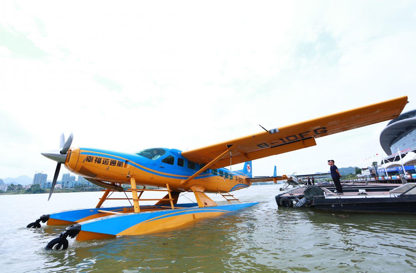 广西柳州:水上飞机助力观光旅游(组图)