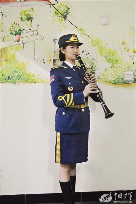 活泼开朗的谢军,拿起单簧管瞬间变成了安静的美少女