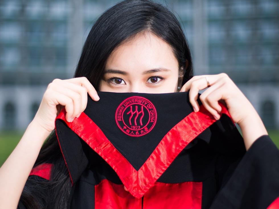 2016年6月13日,北京,人民大學一位美女的畢業照在朋友圈被瘋狂轉發。(來源:VCG)   該畢業生名叫張楚君,是人大新聞學院2012級本科生,有播音主持特長,能演奏鋼琴和小提琴,據說還曾經拍過四部電視劇。