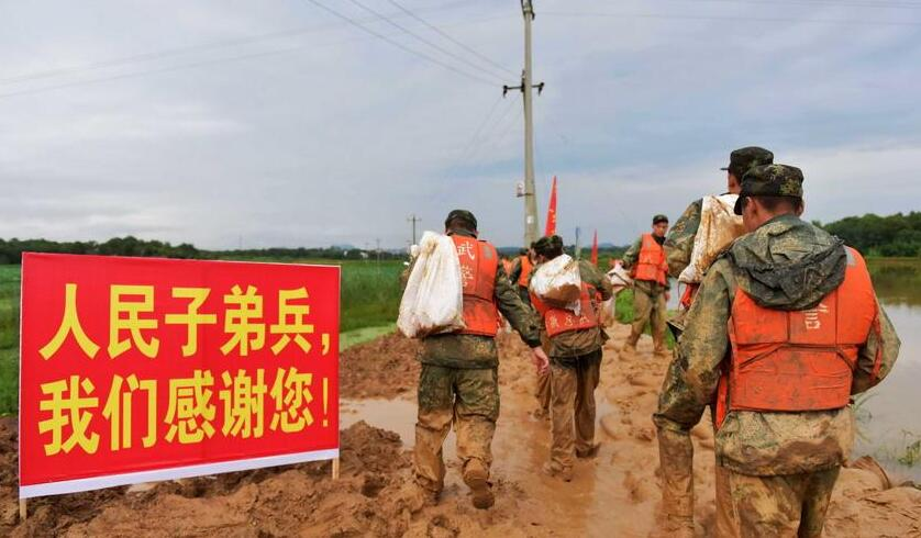 中国评论新闻 抗洪抢险 给中国军队打满分图片