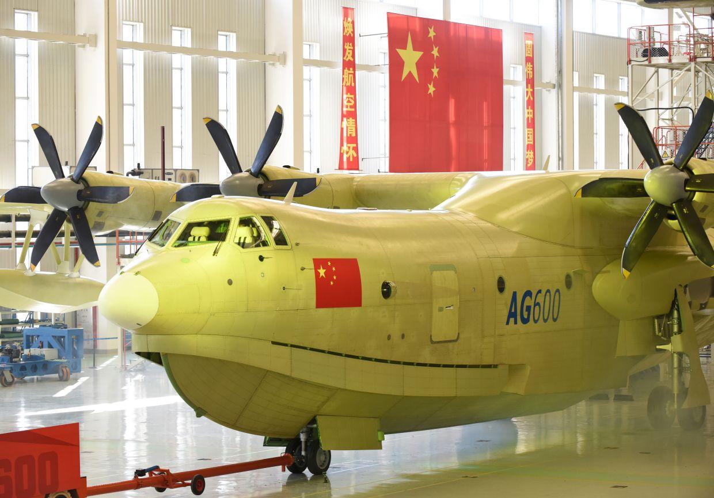 7月23日,大型滅火/水上救援水陸兩棲飛機AG600在珠海總裝下線。當日,我國三個大飛機中最特殊的一個大型滅火/水上救援水陸兩棲飛機AG600在廣東珠海總裝下線。這是我國在大飛機領域研製工作取得的又一重大成果,填補了我國在大型水陸兩棲飛機的研製空白。作為當今世界在研的最大一款水陸兩棲飛機,AG600機身長37米、翼展達38.