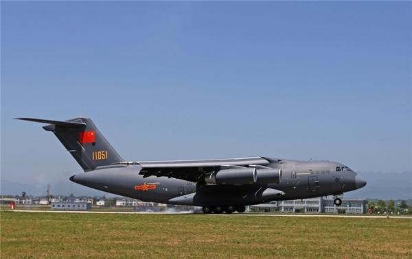 运-20飞机降落在空军某机场