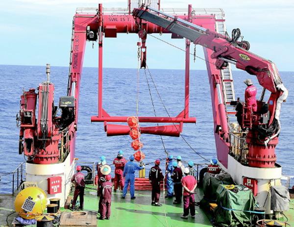 中評社北京1月3日電/我國新一代海洋綜合科考船科學號在完成2016年熱帶西太平洋綜合考察航次後,2日返回位於青島西海岸新區的母港。我國科學家在本航次成功對兩套深海潛標進行實時傳輸改造,破解了深海觀測數據實時傳輸的世界難題。   中國科學院海洋研究所黨委書記、副所長王凡介紹,海洋實時觀測數據長期依靠衛星遙感和浮標。用於觀測水下和深海數據的潛標只能每年回收一次,從中獲取數據,無法像衛星遙感和浮標那樣獲得實時數據。   這是因為潛標最上面一個浮體距離海平面還有四五百米,這些數據無法穿透海水傳輸到衛星上。