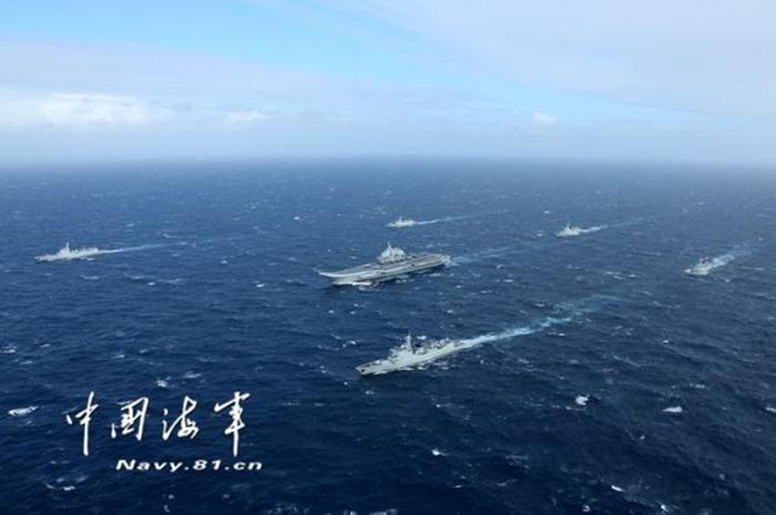 中国海军航母编队在海上航行.(图片来源:参考消息网)