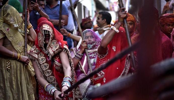 """印度舉辦""""棒打男人節""""供女人出氣"""