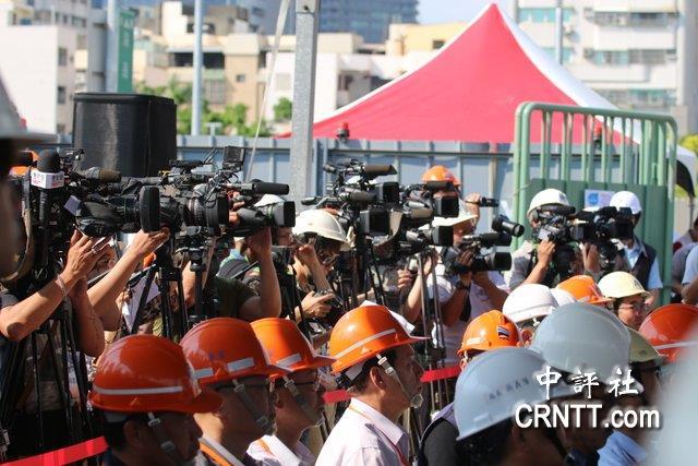 中評鏡頭:蔡英文體驗輕軌 媒體擠爆車廂