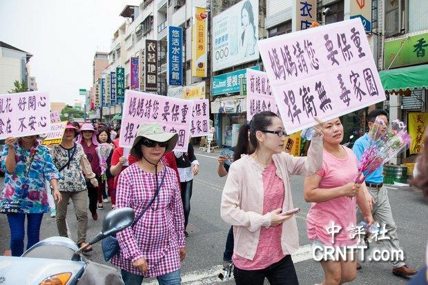 """中台灣美女藍委帶婆婆媽媽上街頭嗆""""老英"""""""