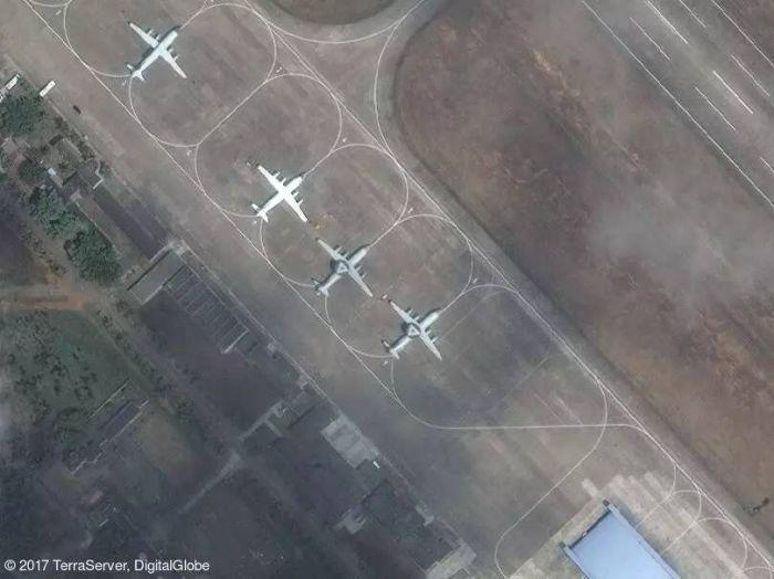 根据卫星图片显示,位於中国海南岛北部的一处空军基地停放有两架空警