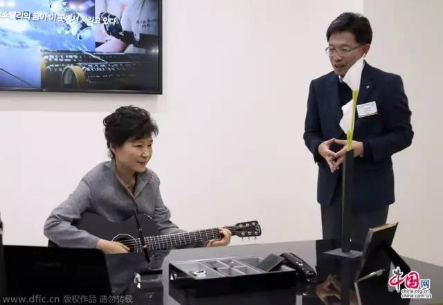 普京中南海等候與習近平會晤 即興彈鋼琴