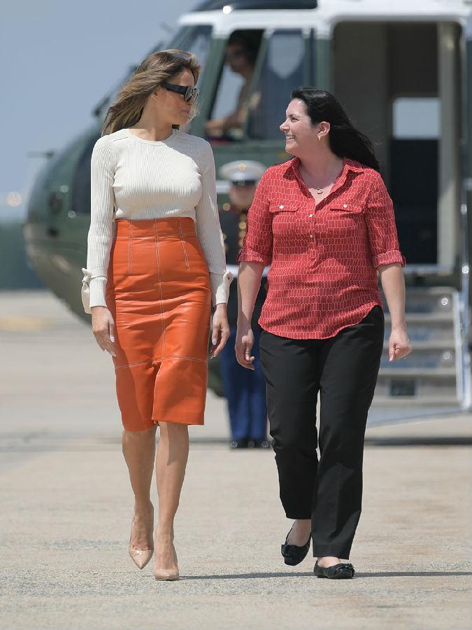 陪特朗普出訪 第一夫人中途換裝一絲不露