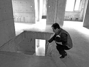 金沙网上娱乐送27:老人买房获赠负一层_交房时发现没楼梯