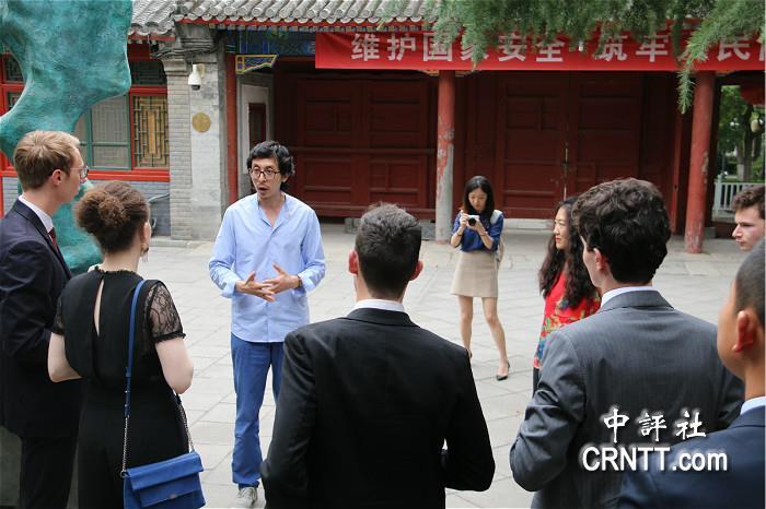 北京赛车能不能玩:法���L�A青年:我�χ��西部�l展很感�d趣!
