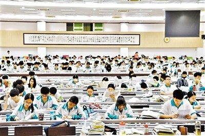 重庆时时彩经典版APP:�W�u:975�f考生�c中��人的高考情�Y